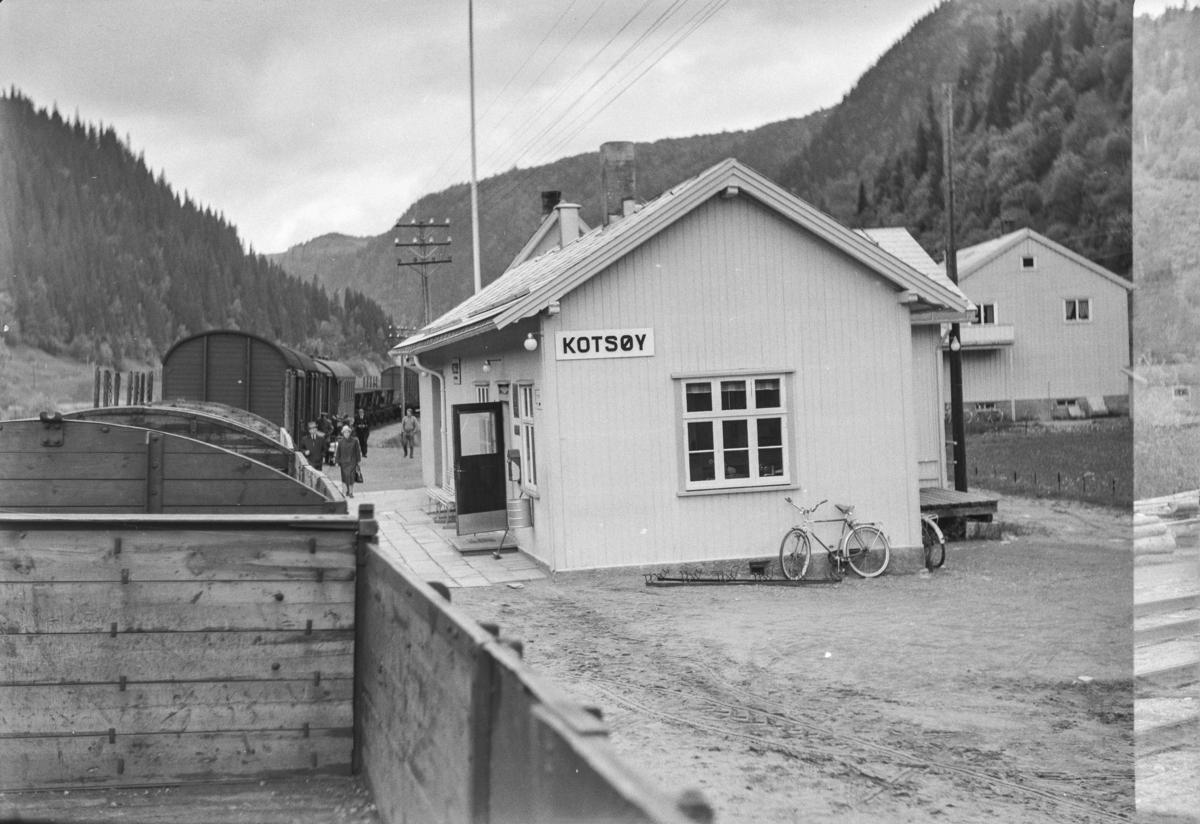 Kotsøy stasjon på Rørosbanen fotografert fra underveisgodstoget fra Trondheim til Hamar over Røros, tog 5712.