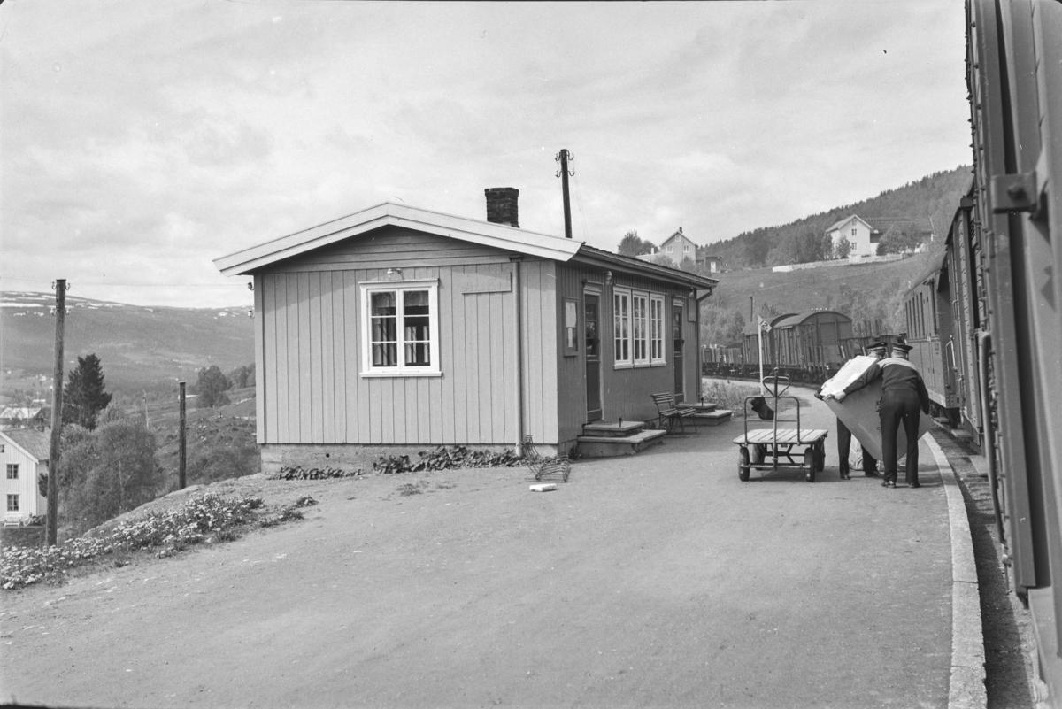 Underveisgodstoget fra Trondheim til Hamar over Røros, tog 5712, på Ålen stoppested. Av- og pålessing av stykkgods.