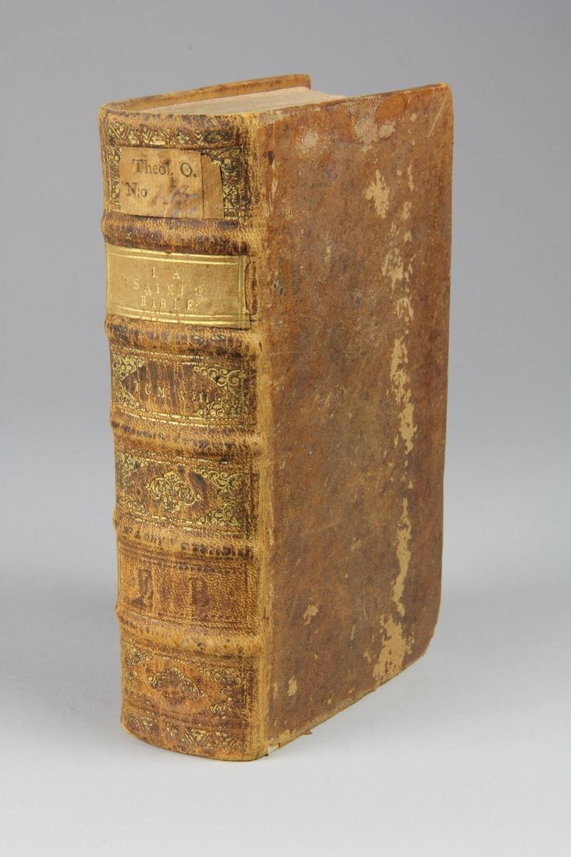 """Bok, helfranskt band """"La sainte bible traduite en françois sur la Vulgate"""", del 8. Skinnband med guldpräglad rygg i fem upphöjda bind, skuret rödstänkt snitt. Pärmarnas insidor klädda med marmorerat papper."""