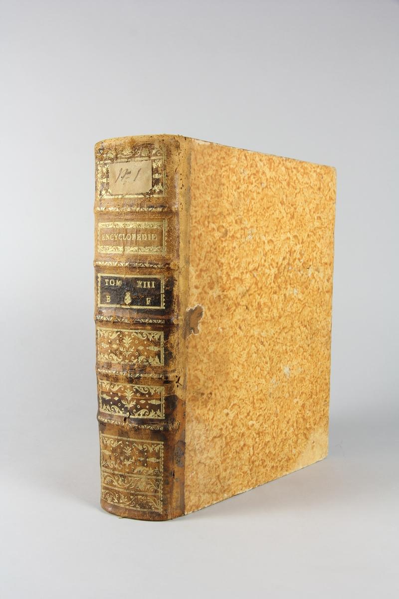 """Bok, """"Encyclopédie ou dictionnaire raisonné des sciences, des arts et des métiers"""" av Diderot och d`Alembert, utgiven 1778. Tredje upplagan, vol. 13. Halvfranskt band med pärmar av papp med påklistrat marmorerat papper, rygg av skinn med fem upphöjda bind med guldpräglad dekor, blindpressad och guldornerad rygg, titelfält med blindpressad titel och ett mörkare fält med volymens nummer. Påklistrad pappersetikett med samlingsnummer med bläck. Med rött snitt. Bokmärke i form av grönt sidenband."""