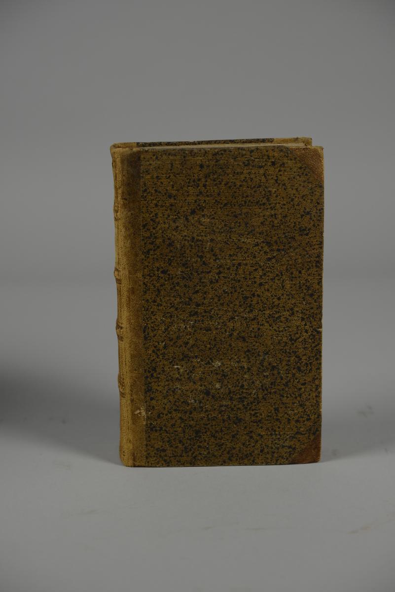 """Bok, halvfranskt band, """"Mémoires de Maximilien de Béthune, Duc de Sully..."""" del 1, skriven av Pierre  de Mathurin, tryckt i London 1747. Band med stänkt papper, blindpressad rygg i fyra upphöjda bind, titelfält med blindpressad, guldpräglad titel, fält med volymens nummer samt påklistrad pappersetikett. Med stänkt snitt."""