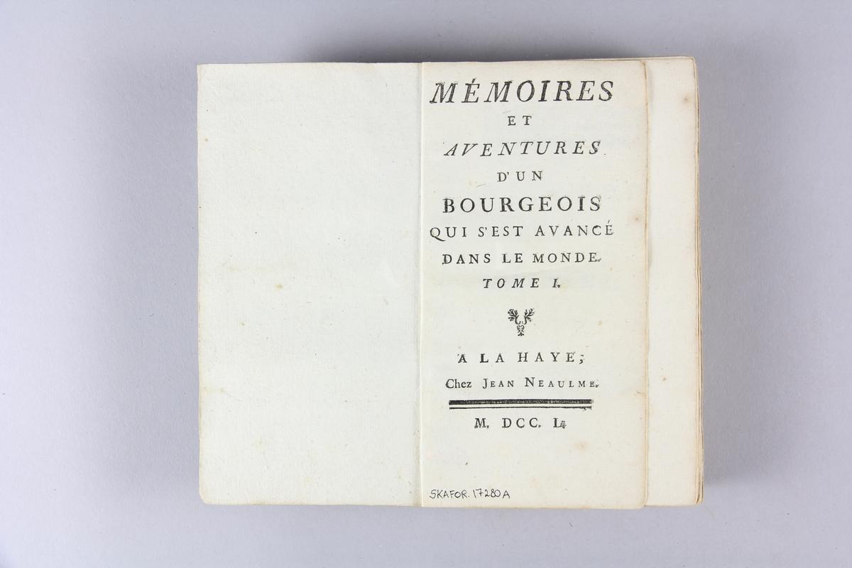 "Bok, pappband, ""Mémoires et aventures d´un bourgeois qui s´est avancé dans le monde"", del 1. Pärmar av stänkt papp, skuret snitt. Etikett med samlingsnummer på ryggen."