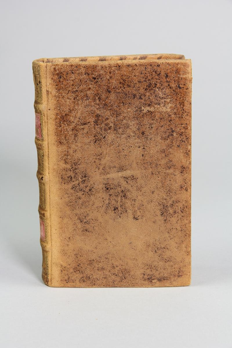 """Bok, helfranskt band """"La clef du cabinet des princes de l´Europe"""", del 63, tryckt i Luxemburg 1735. Skinnband med blindpressad och guldornerad rygg i fem upphöjda bind, titelfält med blindpressad titel,  fält med volymens nummer, fält med ägarens initialer samt påklistrad pappersetikett. Marmorerat papper på pärmarnas insida.   Med rödstänkt snitt."""