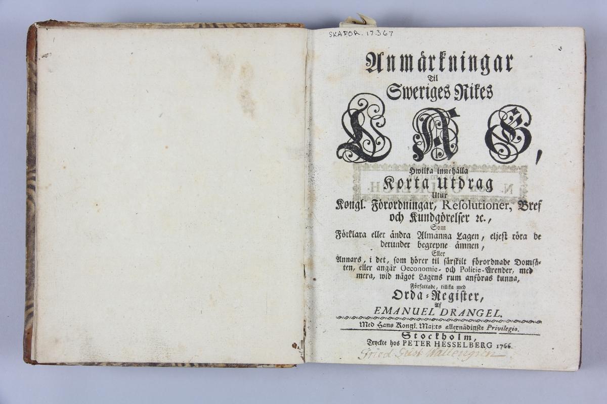 """Bok, halvfranskt band, """"Anmärkningar til Sweriges rikes lag"""" skriven av Drangel, tryckst i Stockholm 1766. Band med pärmar av papp med påklistrat mönstrat papper, rygg av skinn med fyra upphöjda bind, titelfält med blindpressad titel. Med stänkt snitt. Notering om ägare och reparation."""