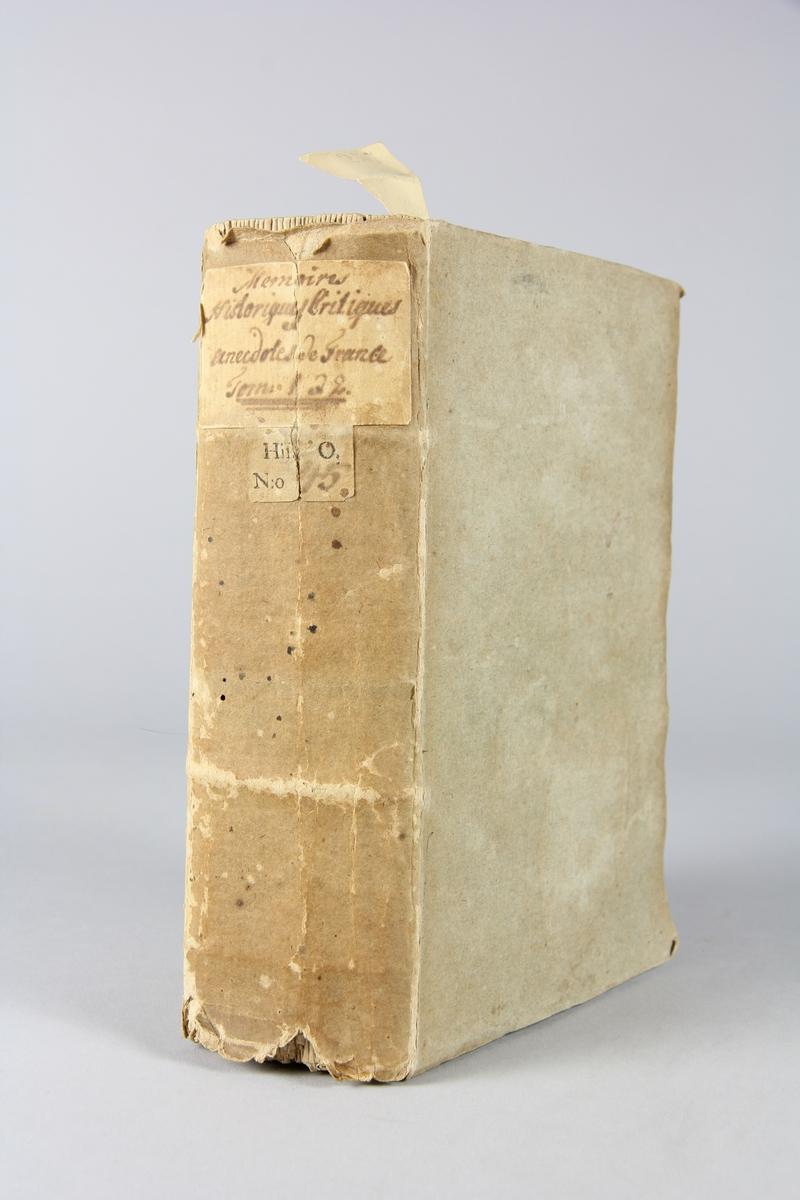"""Bok, pappband """"Mémoires historiques, critiques et anecdotes de France"""", del 1-2, tryckt 1765 i Amsterdam. Pärmar av blågrått papper, oskuret snitt. Blekt rygg med etikett med volymens titel och samlingsnummer. Anteckning om inköp."""