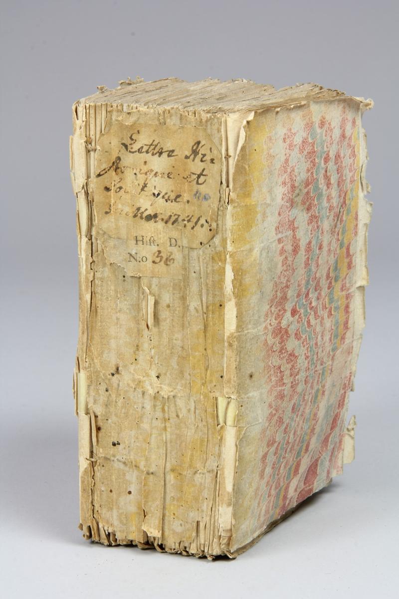 """Bok, häftad, """"Lettre historique et politique"""", tryckt 1741 i Amsterdam. Pärmar av marmorerat papper, blekt rygg med påklistrade etiketter med titel och samlingsnummer. Oskuret snitt."""