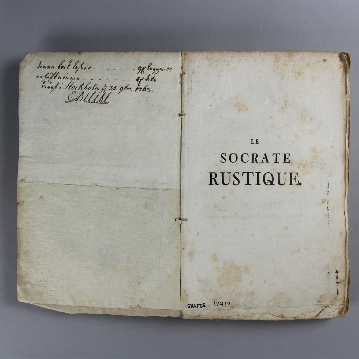 """Bok, häftad,""""Le Socrate rustique"""",  tryckt i Zürich 1762. Pärm av gråblått papper, oskurna snitt. Blekt rygg med pappersetikett med volymens namn och samlingsnummer."""
