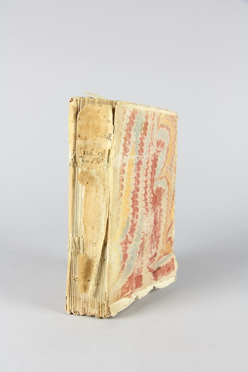 """Bok, häftad, """"Histoire de Jacques II, roi de la Grande Bretagne"""". Pärm av marmorerat papper, oskuret snitt. Skadad rygg. Anteckning om inköp."""