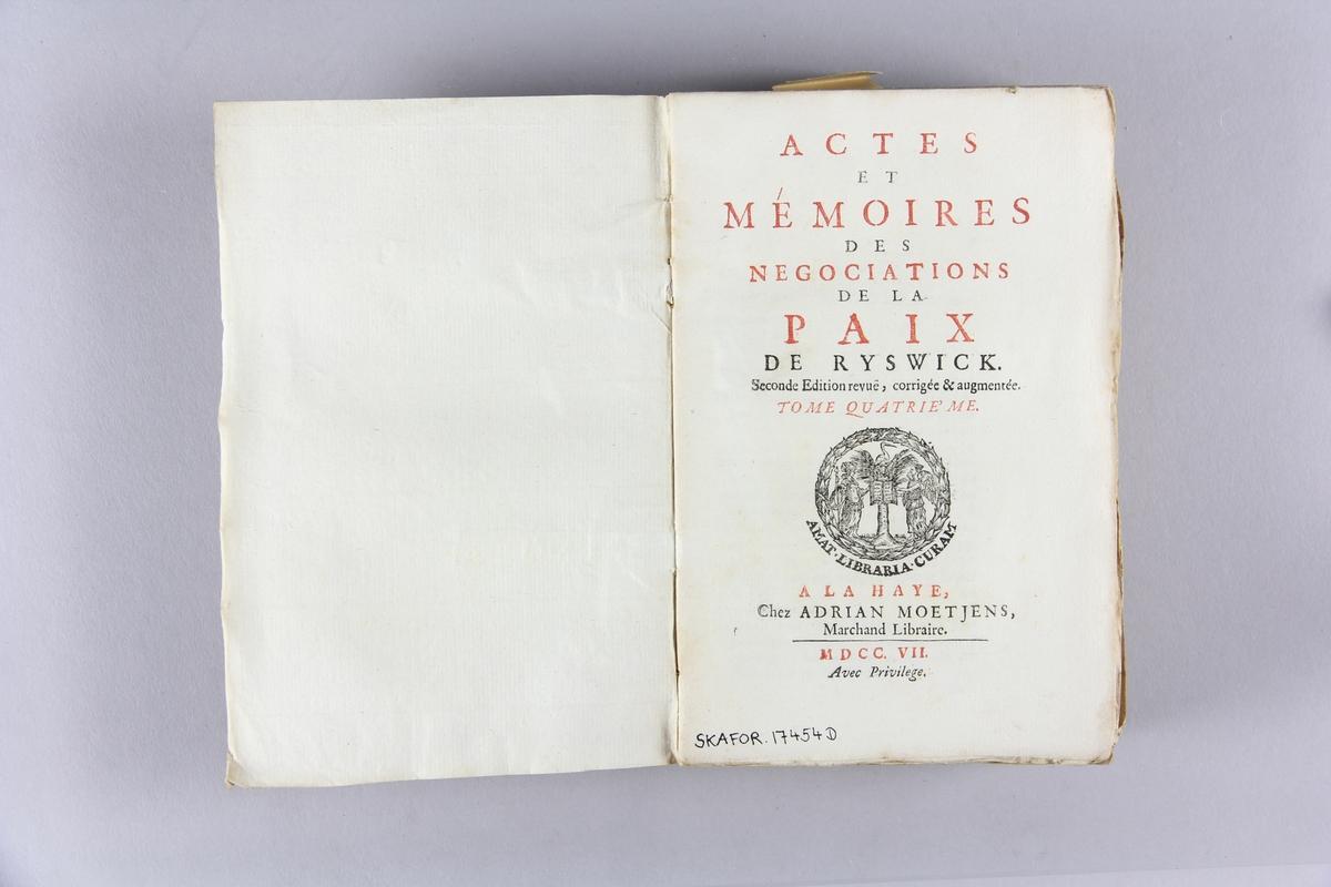 """Bok, häftad, """"Actes et mémoires des negociations de la paix de Ryswick"""", del 4. Pärmar av marmorerat papper, oskuret snitt. Ej uppsprättad. Blekt rygg."""