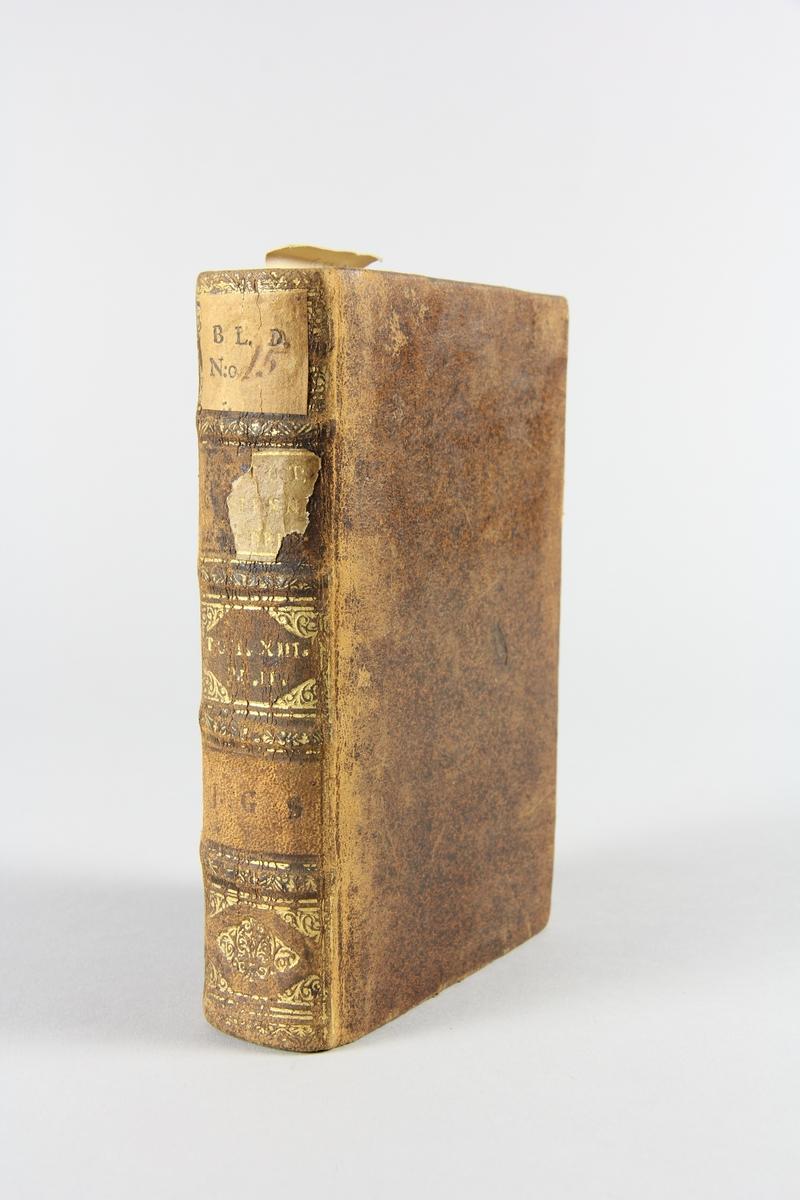 """Bok, helfranskt band """"Biblioteque ancienne et moderne"""" del 13, tryckt i Amsterdam 1720.  Skinnband med blindpressad och guldornerad rygg i fyra upphöjda bind, nött fält med volymens  namn och nummer samt påklistrad pappersetikett med samlingsnummer. Rödstänkt snitt."""
