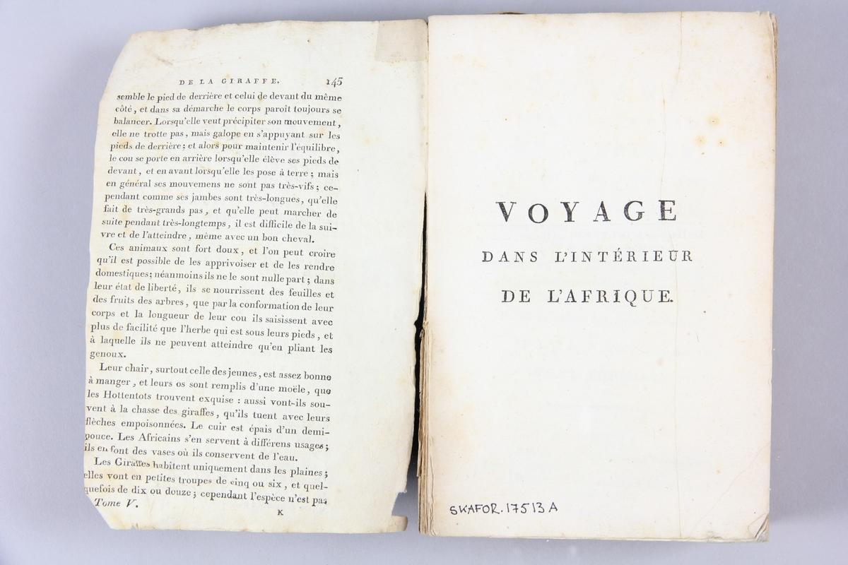"""Bok, """"Voyage dans l'intérieur de l'Afrique"""", del 1, skriven av Mungo Park, tryckt 1800 i Paris. Pärmar av blåmönstrat papper, på insidan klistrade sidor ur annan bok. På ryggen tryckt etikett med titel och samlingsnummer. Skuret snitt. Med utvikskarta och planscher i koppartryck."""