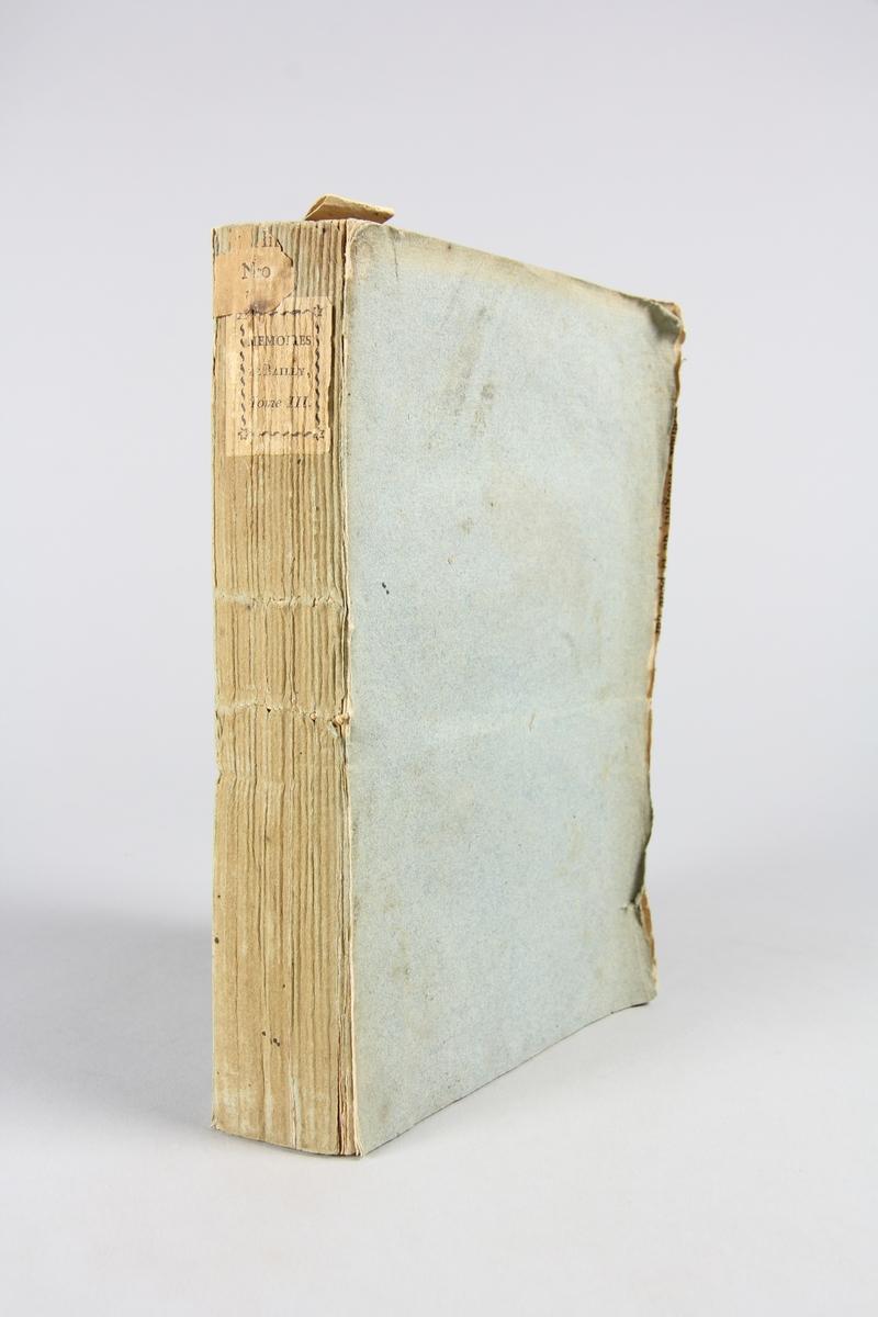 """Bok, pappband, """"Mémoires de Jean-Sylvain Bailly"""", del 3, tryckt 1804 i Paris. Pärmar av gråblått papper, blekt rygg med tryckta etiketter. Klistrade sidor ur annan bok på pärmarnas insidor. Skuret snitt."""