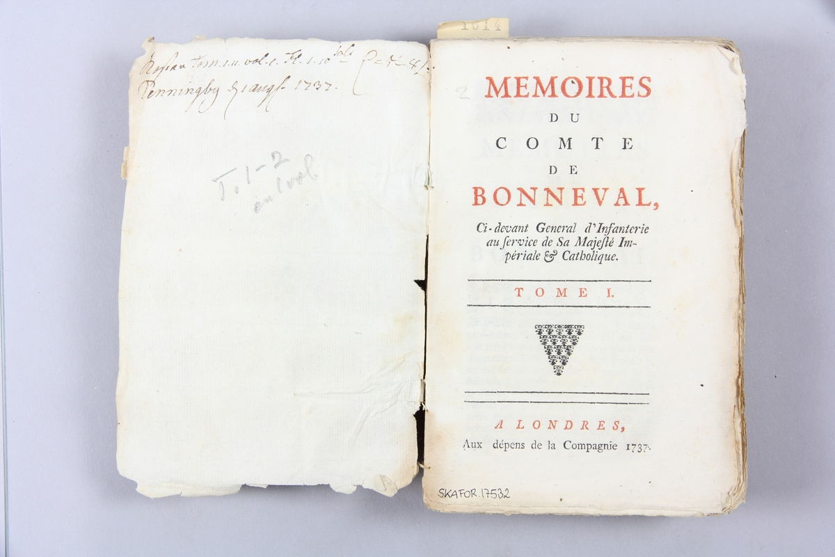 """Bok, pappband, """"Mémoires du comte de Bonneval"""", del 1-2,  tryckt 1737 i London. Marmorerade pärmar, rygg med påklistrade etiketter, delvis oläsliga. Oskuret snitt. Påskrift om inköpspris på pärmens insida delvis svårtolkat."""