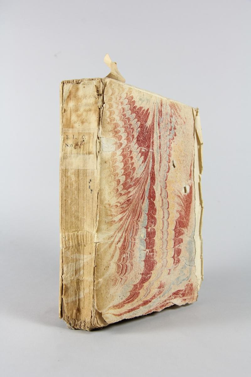 """Bok, häftad, """"Mémoires pour servir à l´histore de la calotte"""", tryckt 1725 i Basel. Pärmar av marmorerat papper, blekt rygg, svårlästa etiketter med bokens titel och samlingsnummer. Oskuret snitt."""