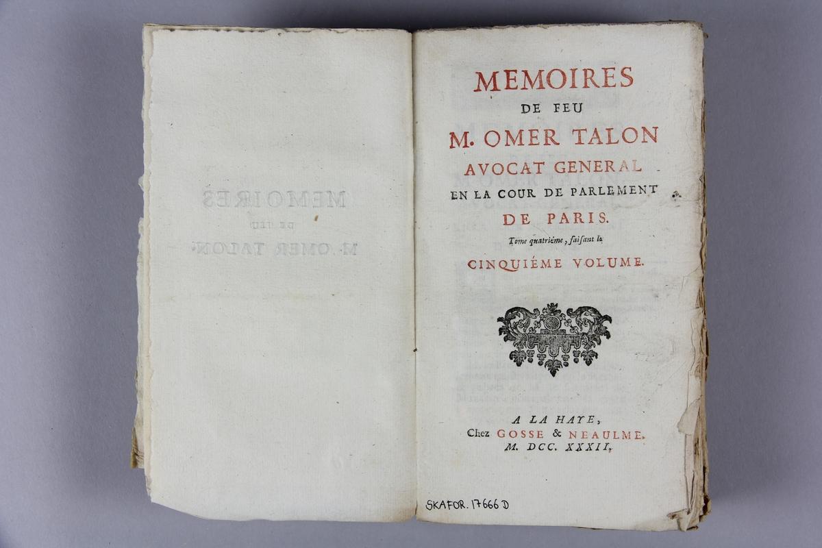 """Bok, häftad, """"Mémoires de feu M. Omer Talon"""", del 5,  tryckt i Haag 1732. Pärm av marmorerat papper, oskurna snitt. På ryggen klistrad pappersetikett med samlingsnummer. Ryggen blekt."""