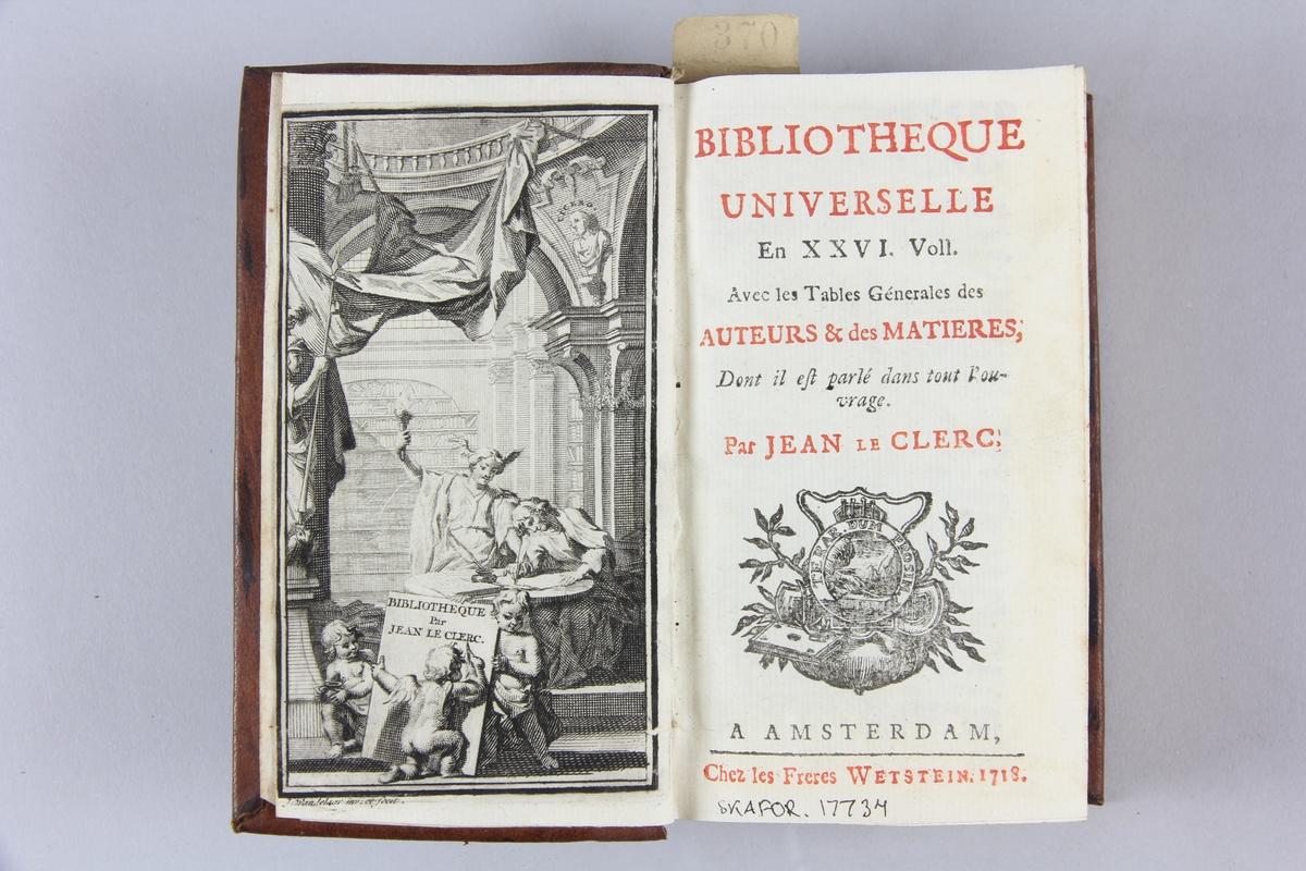 """Bok, helfranskt band """"Biblioteque universelle, auteurs & des matieres"""", skriven av Jean le Clerc, tryckt i Amsterdam 1718. Skinnband med blindpressad och guldornerad rygg i fyra upphöjda bind, skadade fält med titel, volymens nummer och ägarinitialer, etikett med samlingsnummer. Rödstänkt snitt."""