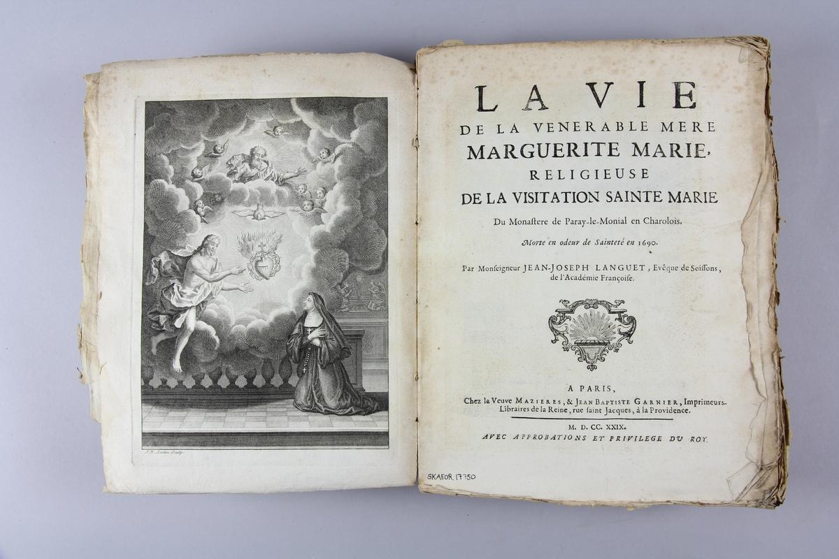 """Bok, häftad, """"La vie de la vénérable mère Marguerite Marie"""". Pärmar av marmorerat papper, oskuret snitt, skadad rygg. Anteckning om inköp."""