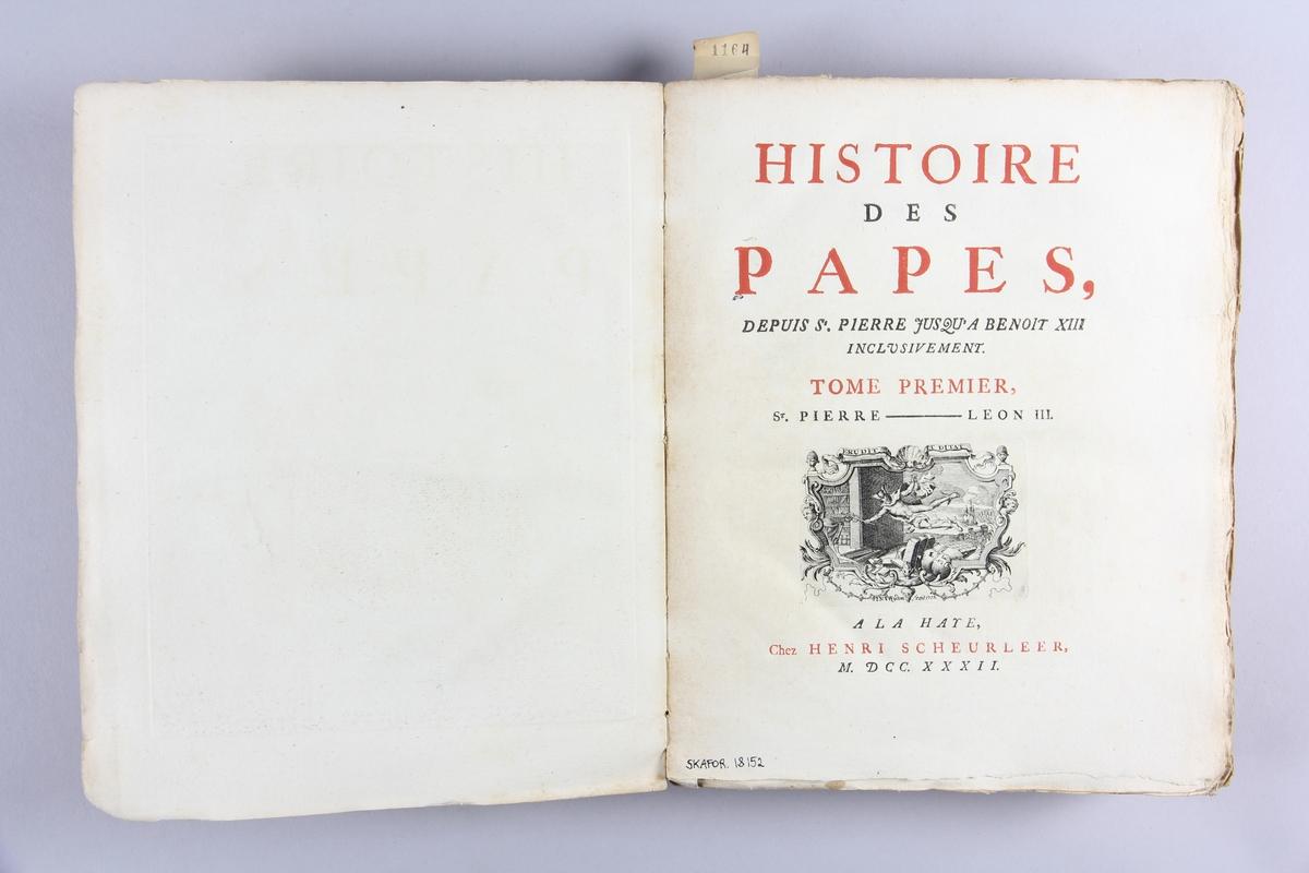 """Bok, häftad,""""Histoire des Papes"""", del 1.  Pärmar av marmorerat papper, oskuret snitt. Blekt och skadad rygg med etikett med titel och samlingsnummer. Anteckning om inköp."""