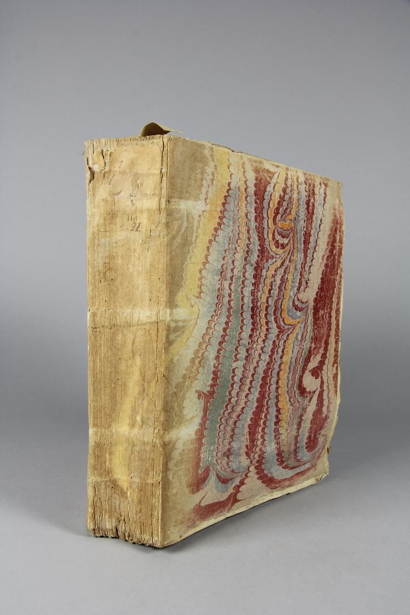 """Bok, häftad """"Histoire universelle,"""" del 8. Pärmar av marmorerat papper, blekt och skadad rygg. Etikett med samlingsnummer."""