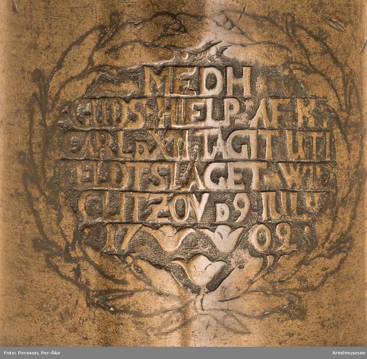 Grupp A:I. Enligt inskription erövrad från sachsarna i slaget vid Clissow 1702. Kanonen är ett enkelt eldrör. Druvan är svagt spets-kulformig och längst bak försedd med en rund knopp.  Bottenstycket: Omedelbart framför kammarsiraterna inskriptionen .G.M.ANDREAS.HEROLD.1696. Obs! de båda sista bokstäverna i Herold är delvis utnötta. (Goss mich Andreas Herold 1696 = Andreas Herold göt mig 1696).   Fängpannan: fyrkantig med uppstående kanter, strax framför nyssnämnda inskription; fänghålet vidgar sig upptill och övergår direkt i den djupa fängpannan. Fängpannan med fästen för fängpannelock (själva locket saknas) är placerade på ett rektangulärt, något upphöjt band. Bandets längd = 13 cm; dess bredd = 4 cm. Strax framför fänghålet: en vapensköld (relief; enl. Spak: hertigens av Sachsen hjärtvapen). På ömse sidor om vapenskölden finns ett ganska djupt märke. Dessa är sannolikt märken (frätmärken?) efter fästkrampor el.dyl. och ej några stämplar.   Mellan vapenskölden och bakfrisen: 2 st. språkband (låg relief) med inskriptionen (plattrelief): F.A.H.Z.S.I.C.B / E.U.W.CHURF (Enl Spak: Friedrich August, Herzog zu Sachsen, Julich, Cleve, Berg, Engern und Westfahlen, Churfürst.).   Tappstycket: Omedelbart framför bakfrisen inskriptionen (ingraverat): 02 eller 22  Obs! den första siffran - om det över huvud taget är någon siffra - är i det närmaste utplånad, varför tydningen ej är säker. På den vänstra tappens fria ända finns inskriptionen  (ingraverat): 378  (dessa siffror torde ej vara ursprungliga). Långa fältet: Strax framför frambandet: en bladkartusch (ingraverat) och inuti denna följande inskription (bokstäverna är utsparade på den sänkta botten): MEDH / GUDS HIELP AF K. / CARL D XII TAGIT UTI / FELDTSLAGET WID / CLITZOV ) IULY / 17 02 Trumfen: trumpetförstärkt.   Eldrörslängd 107,5 cm. Bottenstycket:  max diam 19,5 cm,  min diam 19 cm. Kammarsirat: bredd 5 cm.Tappstycket: max diam 18,5 cm, min diam 18-18,5 cm. B.frisläge 28,5 cm., B.frisbredd 3,5 cm. Delfin läge 34,5 c