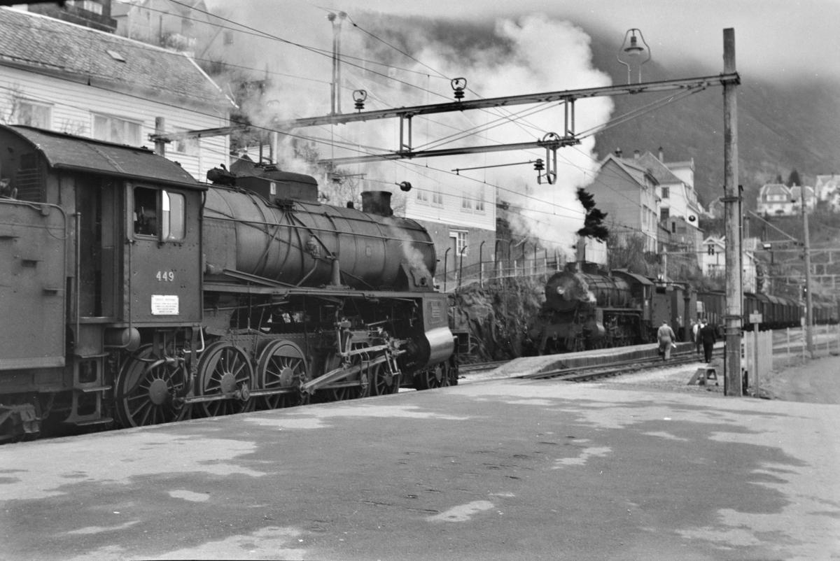 Kryssing på Vakstad stasjon mellom godstog retning Oslo, tog 5516, og godstog retning Bergen, tog 5515. Togene trekkes av damplokomotiv type 31b nr. 449 (tog 5515) og nr. 426.