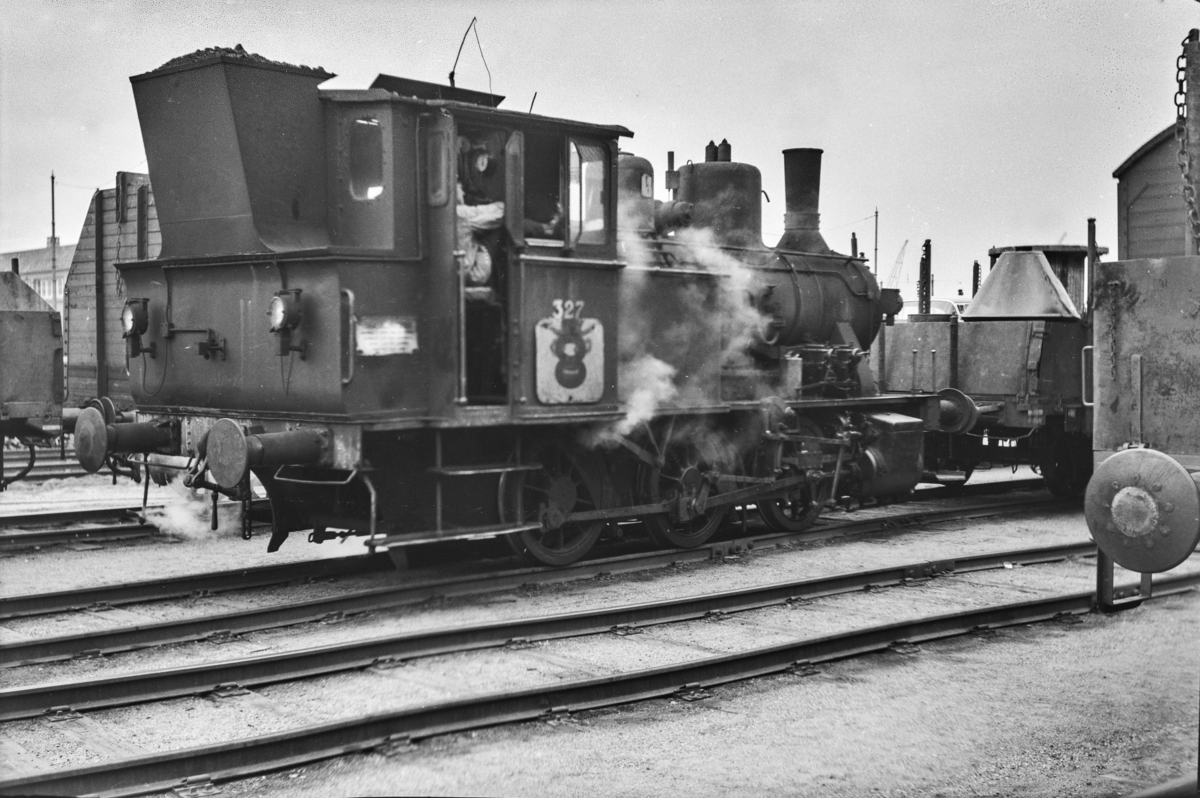 Damplokomotiv type 25a nr. 327 på Oslo Østbanestasjon.