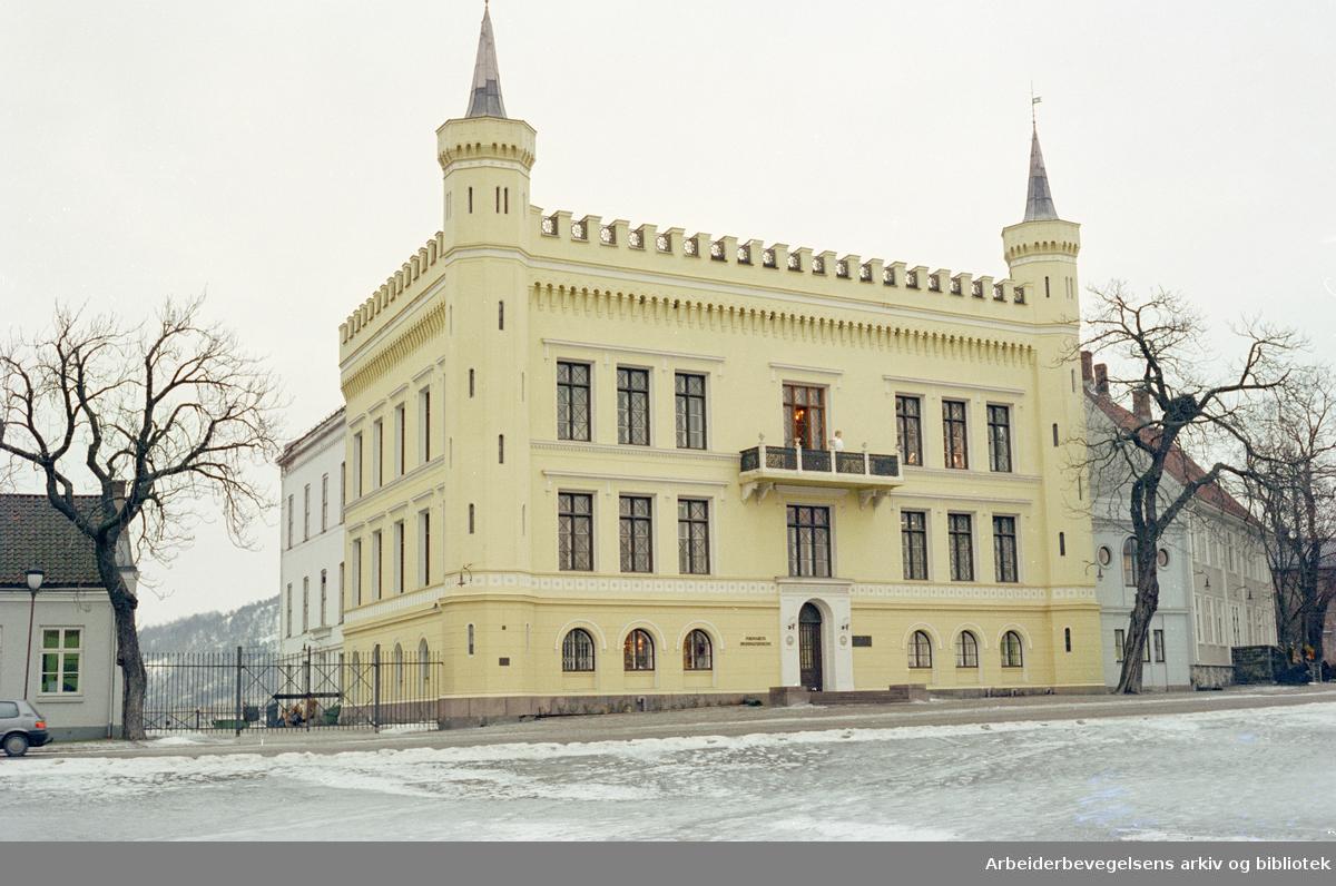 Akershus Festning. Denne bygningen på festningsplassen ble reist som bolig for general og festningskommandant Christian Glad rundt midten av 1800-tallet. Arkitekten var J. H. Nebelong. Januar 1996