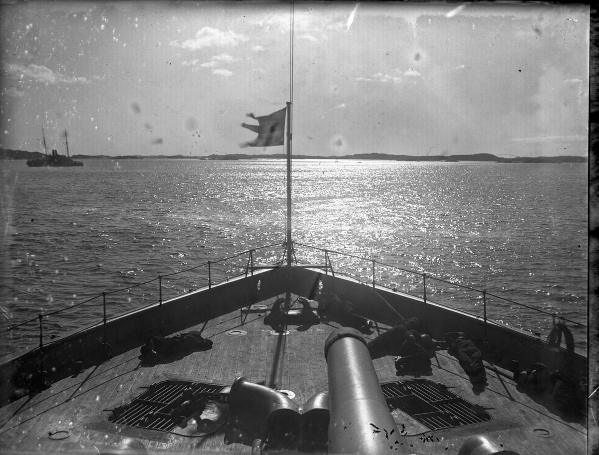 """Vy över havet taget från pansarkryssaren """"Svea"""" i Långedrag, Göteborg. I fören svajar en flagga i vinden."""