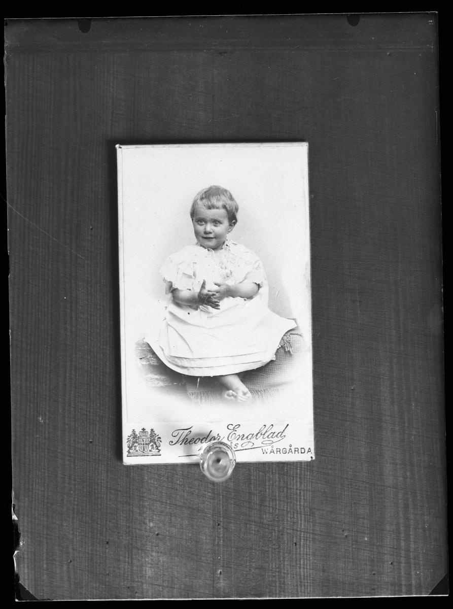 Reprofotografi på beställning av Elsa Rydberg. Ursprungsbilden är ett porträtt taget av Theodor Engblad och förestället ett barn i vit klänning.