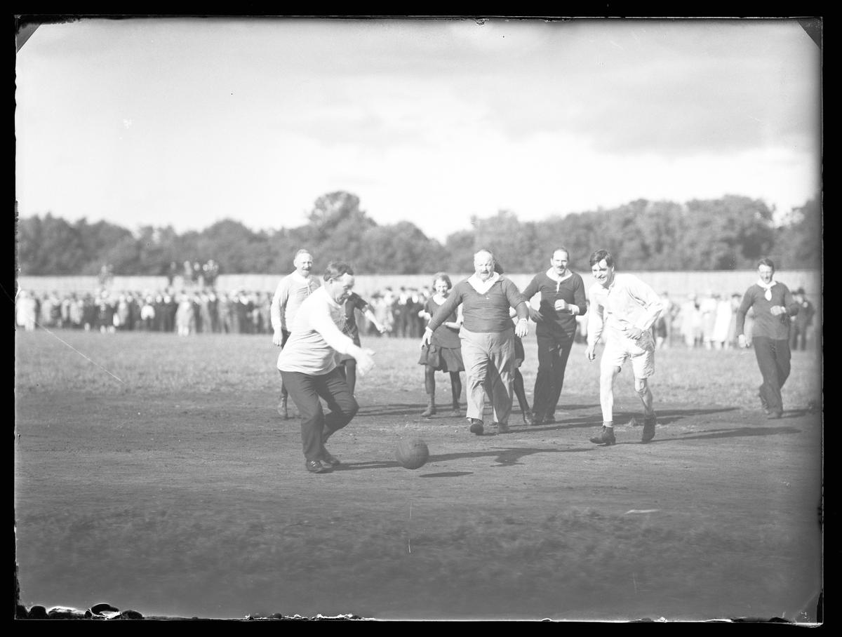 Fotbollsmatch i samband med Alingsås Idrottsförenings (AIFs) fest.