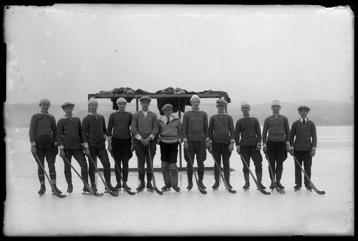 Alingsås idrottsförenings (AIFs) A-lag i bandy står uppställda på isen framför ett mål.