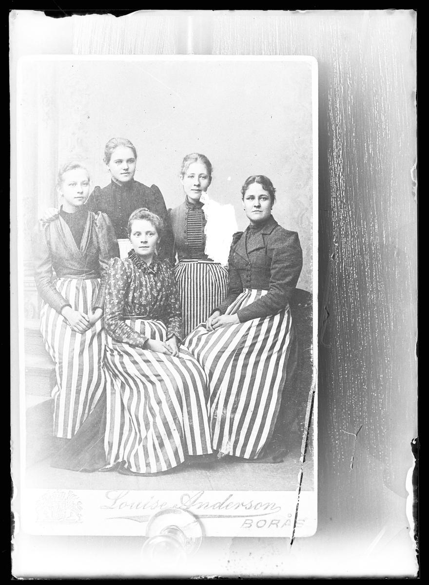 """Reprofotografi av ateljéporträtt på fem kvinnor. Originalbilden är tagen på Louise Andessons ateljé i Borås. I fotografens egna anteckningar står det """"Rep. för Dahlgen""""."""