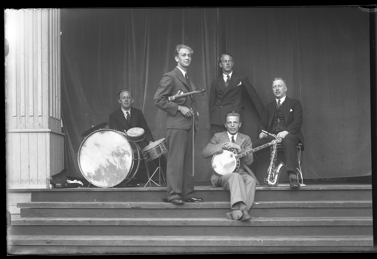"""Fem medlemmar i """"Jazzkapellet"""" står uppställda med sina instrumment inför en spelning i Parken. Midsommarafton 1932."""