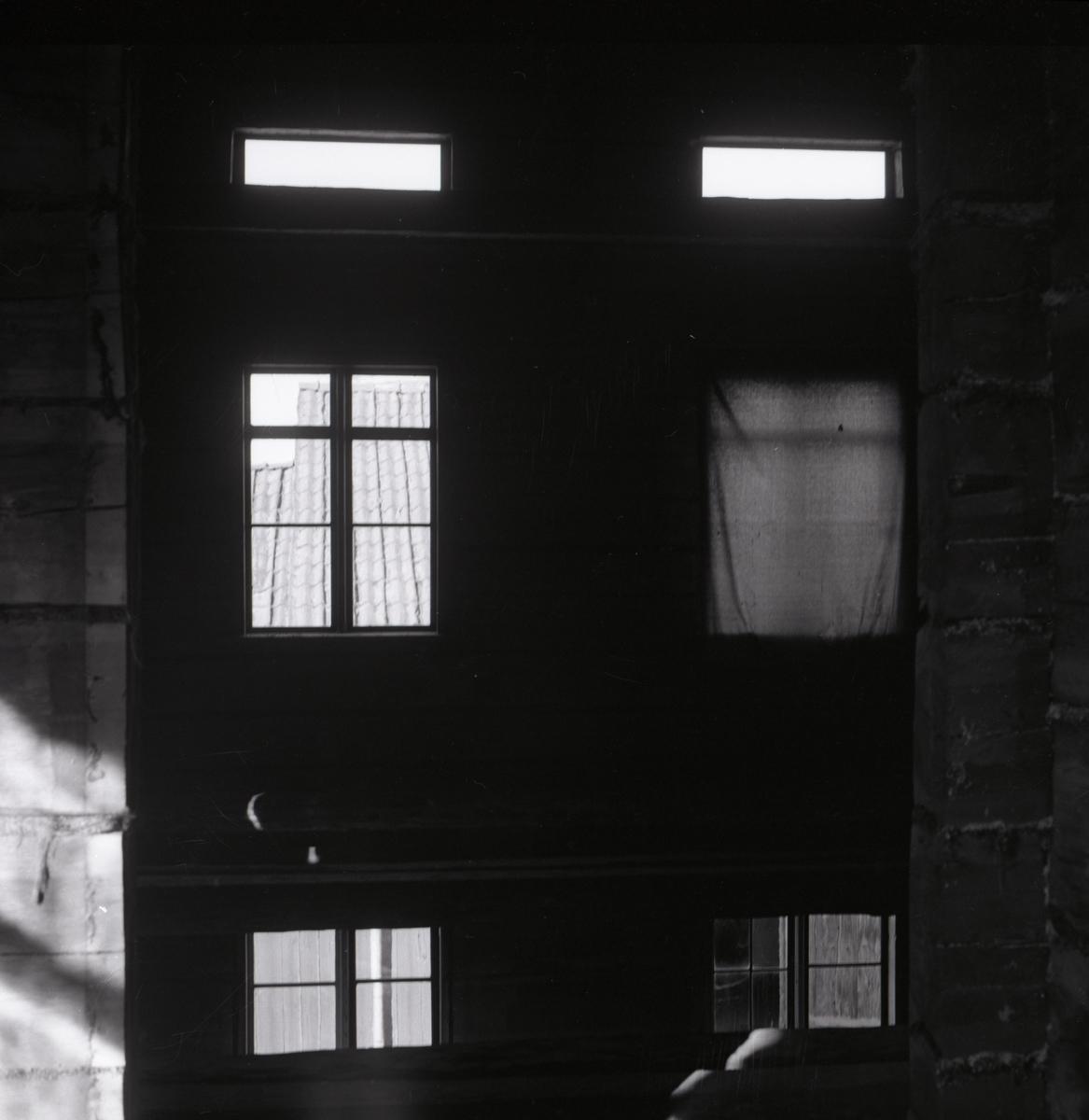 En husvägg med fönster, 1967.