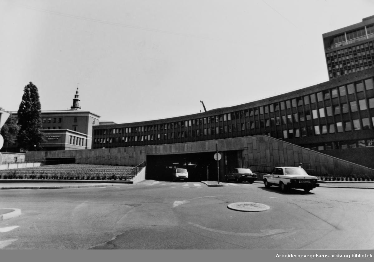 Arne Garborgs plass med Regjeringsbygget. Juli 1994