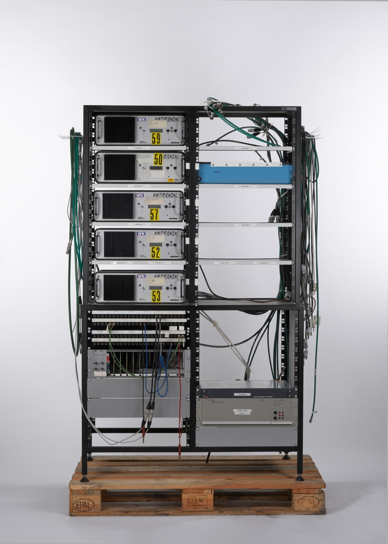 Skap med 5 linkmottakere, 3 rack: ett med jackfelt, ett med videokrysskinne og ett med strømforsyning. I tillegg 3 påskrudde stikkontakter samt kabler og ledninger.