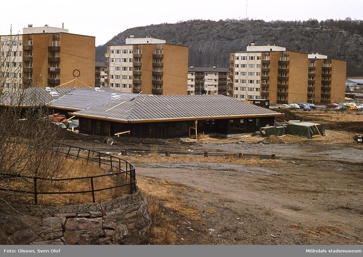 Barnstugan vid Berghemsgatan Krokslätt, Mölndal, byggs år 1975. I bakgrunden ses bostadsbebyggelse vid Gustavsbergsgatan och i fonden Rallarberget.