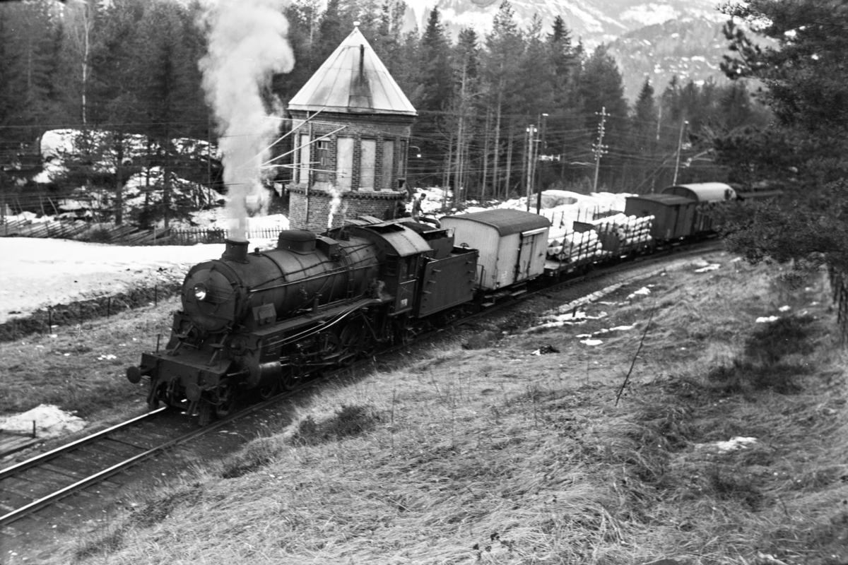 Vannfylling på Austvoll stasjon med godstog 5532. Toget trekkes av damplokomotiv type 31b nr.449.