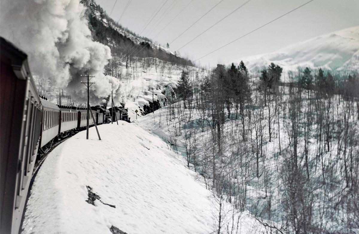 Ekstratog i forbindelse med påskeutfarten, tog 7654, nær Skiple mellom Urdland og Reimegrend. Toget trekkes av damplokomotiv type 31b nr. 402 og 418.