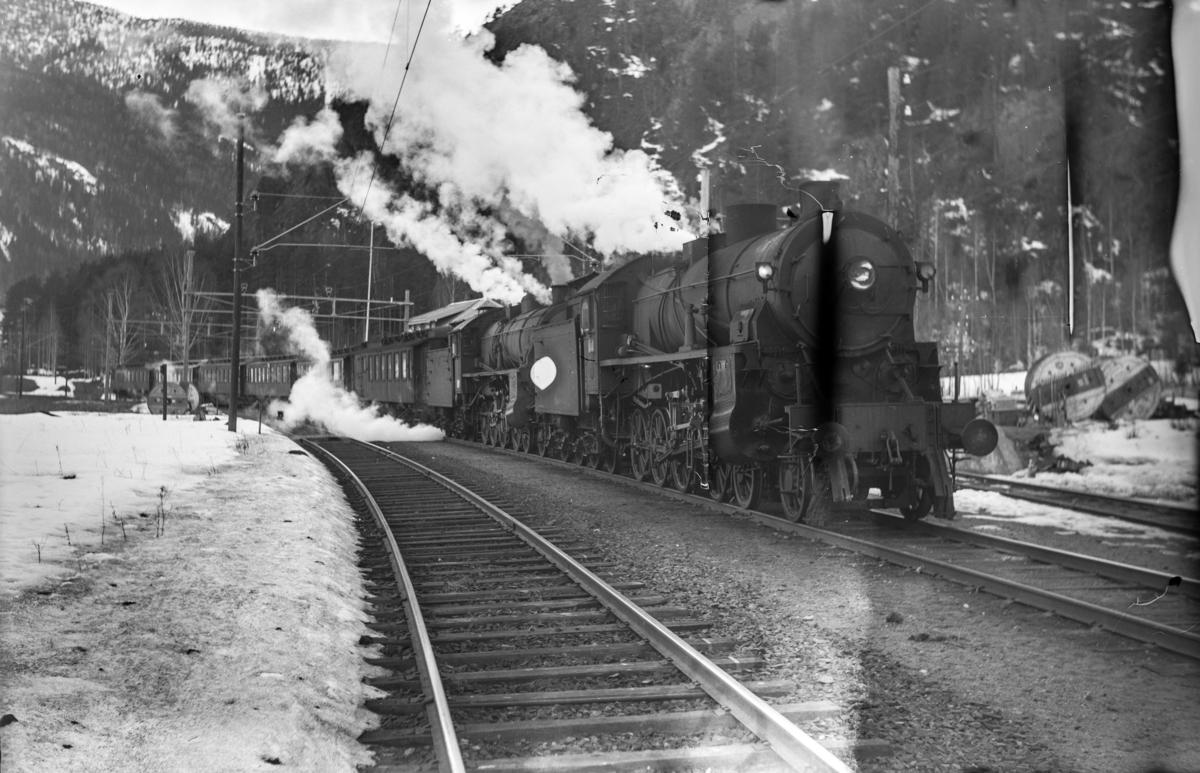 Ekstratog i forbindelse med påskeutfarten, tog 7608, avventer kryssing på Bromma stasjon. Toget trekkes av damplokomotiv type 31b nr. 426 og 449 (bakerst).