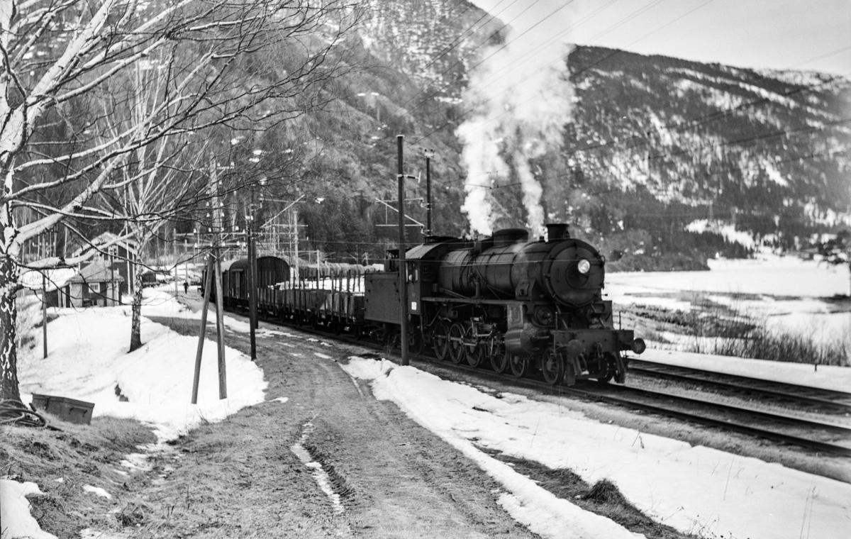 Underveisgodstoget fra Hønefoss til Voss, tog 5531, avventer kryssing på Bromma stasjon. Toget trekkes av damplokomotiv type 31b nr. 449.