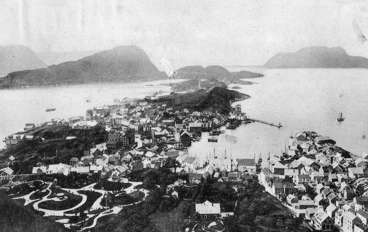 Ålesund, sett mot vest fra Aksla. År 1895. Sukkertoppen til venstre, Godøya i bakgrunnen til høyre.