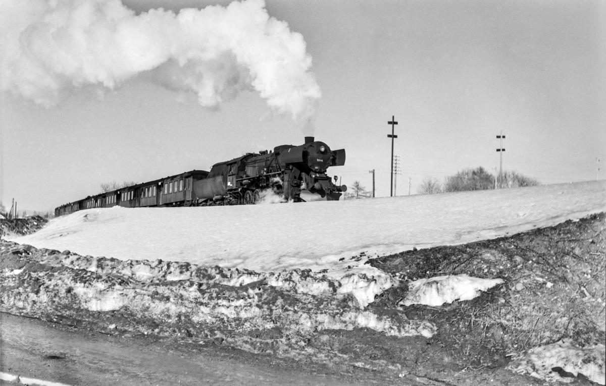 Forstadstog nr. 1728 fra Trondheim kl 1620 til Støren. Toget stoppet på alle stasjoner og holdeplasser og brukte 1 1/2 time til Støren. Toget trekkes av damplokomotiv type 63a nr. 5846.