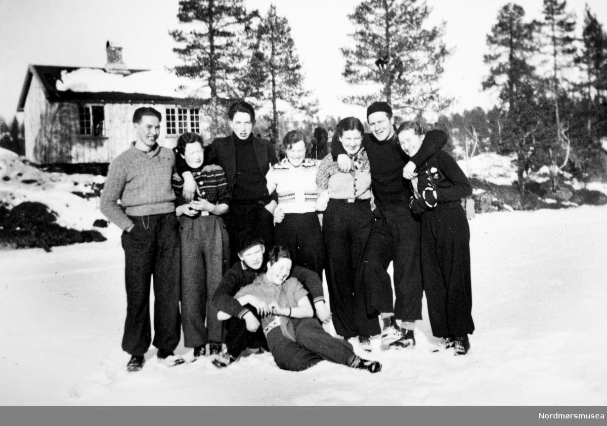 Ungdom i Halsa/Suradal ca 1937. mote, klær, snø, vinter. Eier av familiealbumet er Odd Williamsen. Fra Nordmøre museums fotosamlinger.