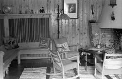 Seks interiørbilder fra ei peisestue. Trolig fra Trogstad ne