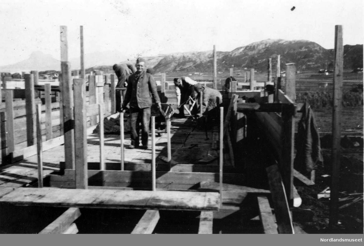 Bodø. Bodø havn. Kaianlegg under bygging. Militære og sivile. Rønvik i bakgrunnen. Landegode til venstre-