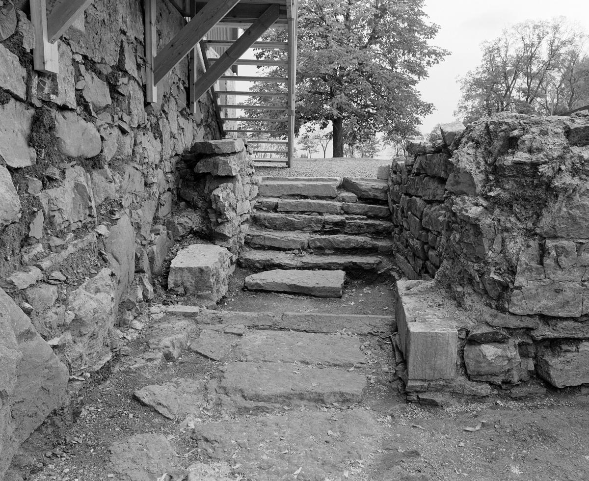 Arkeologiske undersøkelser i kjellerruin vest for drengestua 1986-1989. Trapperommet i den nyere delen av kjelleranlegget.