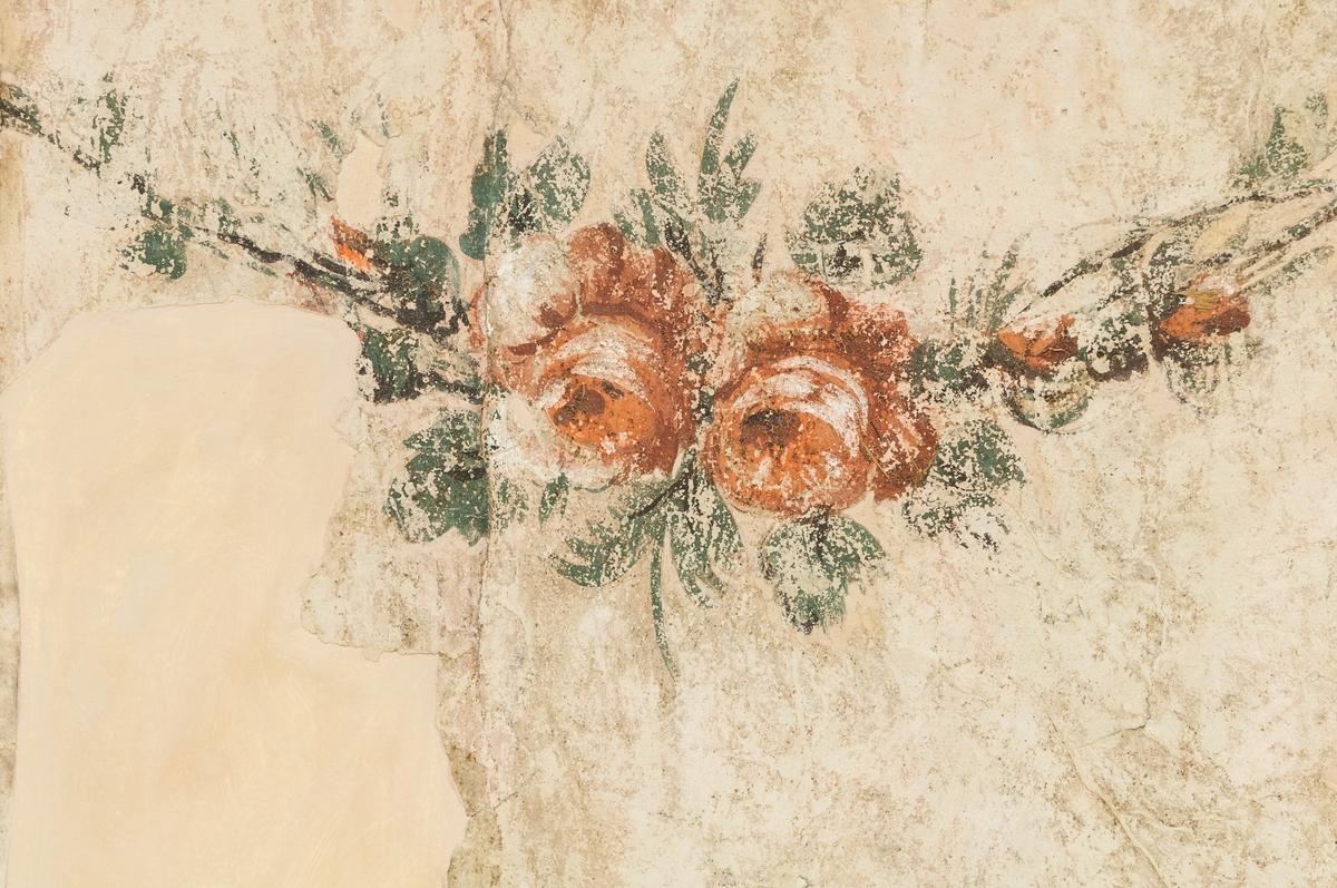 Väggmålning på papp, uppfodrad på väv, spänd på träram. Fält i terra, med brun inramning. Bakgrund kimröksgrå. Festonger överst samt del av draperig i blågrönt och rött.