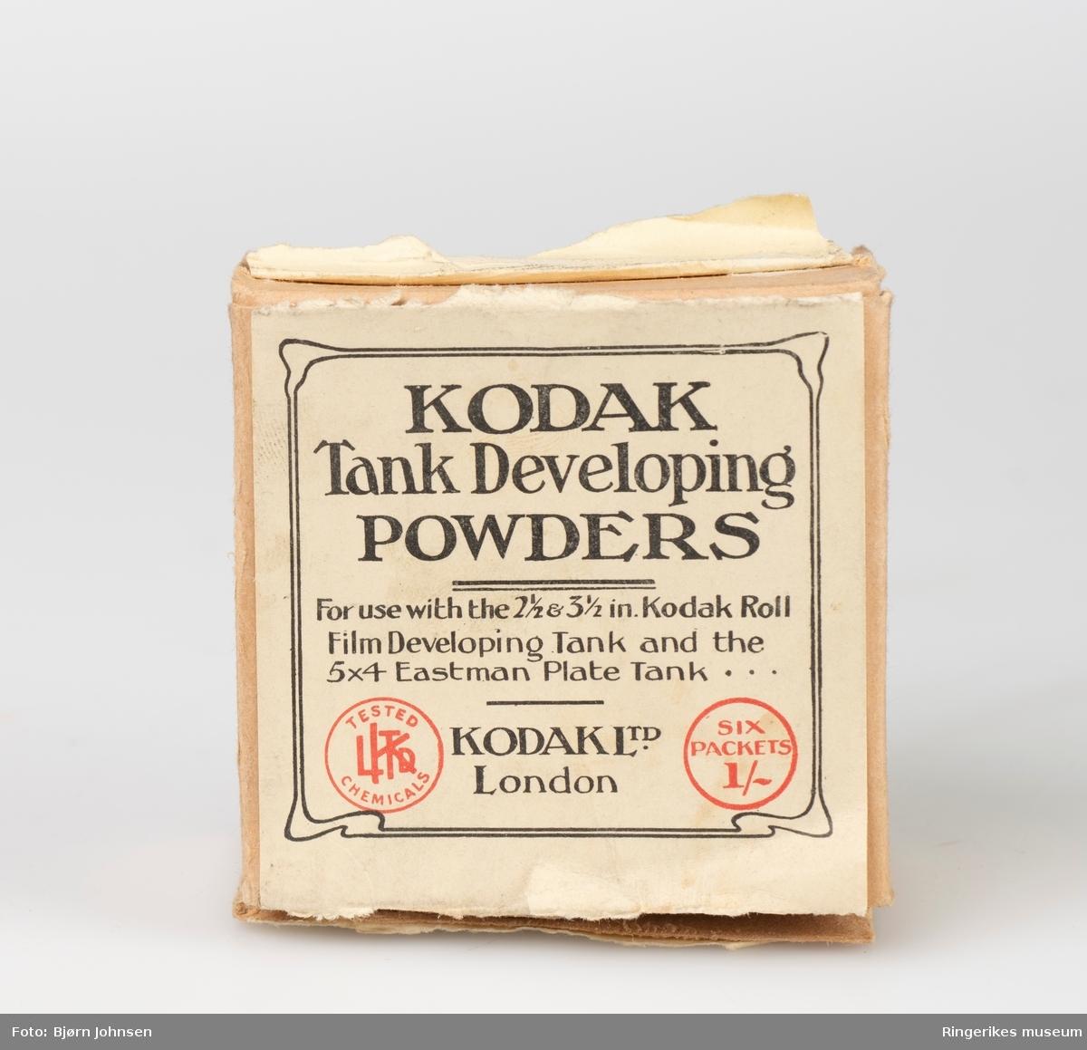 Kodak filmfremkallingsutstyr- Kodak filmtank ble produsert i perioden 1905-1937  Settet består av en tre eske for å tre filmen inn på spoler,  en fremkallingsboks og en pakke med Kodak kjemi, Kodak developing powder. Model B-2 fra 1916.