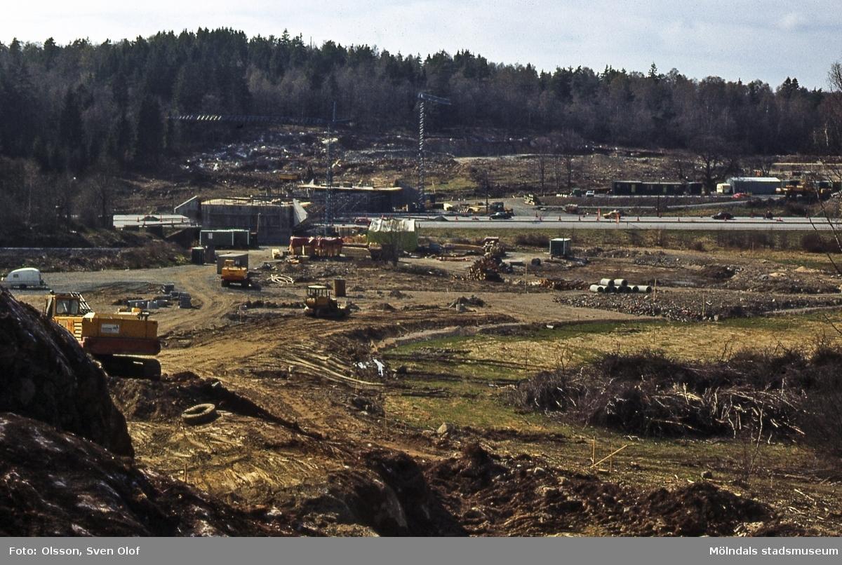 Bild från byggandet av Torrekullamotet i Kållered, år 1982. D 5:21.